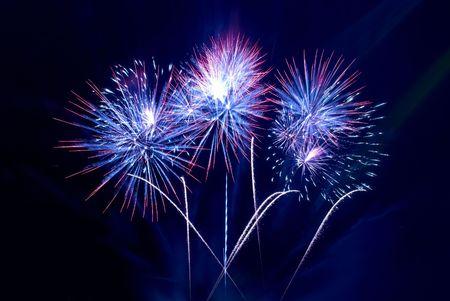 fuegos artificiales: Bellos fuegos artificiales sobre el fondo de cielo negro