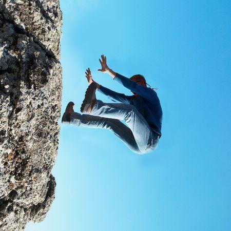 hombre cayendo: Cayendo en el hombre de la roca con fondo azul