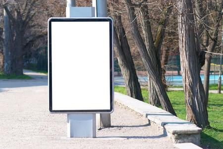 blank billboard: Vertikale leer Plakatwand auf der Stra�e Stadt