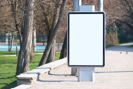 blank billboard: Vertikale leere Billboard auf die Stadtstra�e
