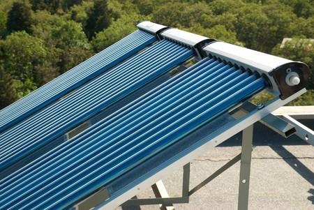 toiture maison: Vide chauffe-eau solaires syst�me sur le toit de la maison.