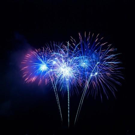 fuegos artificiales: Coloridos fuegos artificiales en el fondo de cielo negro  Foto de archivo