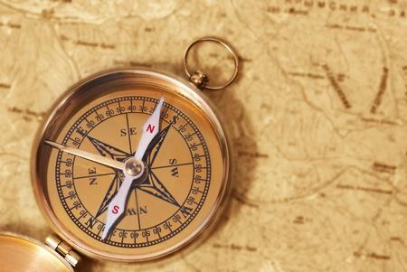 brujula antigua: Antigua br�jula en el mapa antiguo de grunge