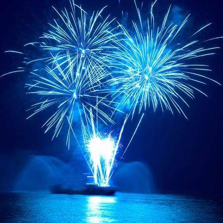 カラフルな花火は、黒い空を背景に 写真素材