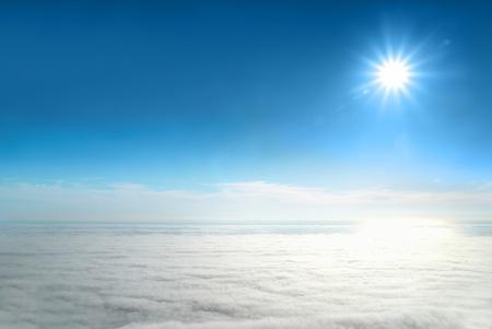 cielos abiertos: Mar de nubes, el sol y cielo azul  Foto de archivo