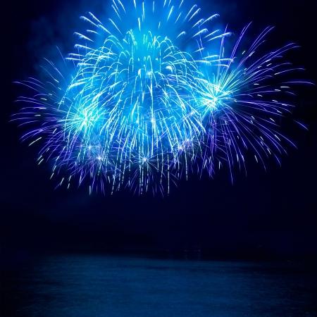 feste feiern: Bunte Feuerwerk auf dem schwarzen himmel hintergrund Lizenzfreie Bilder