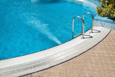 stair: Zwembad met trap en green water ontspannen Stockfoto