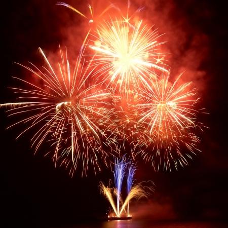feste feiern: Bunte Feuerwerk auf den schwarzen Himmel im Hintergrund Lizenzfreie Bilder