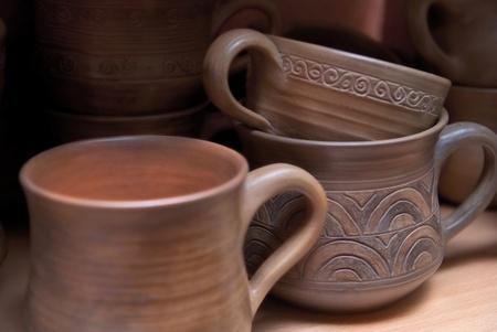 ollas de barro: Muchas ollas de barro hechas a mano antiguos en el estante.