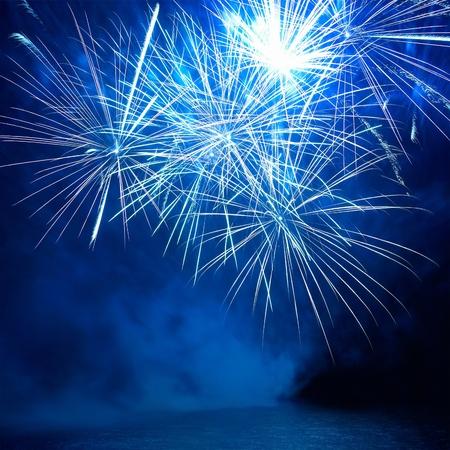 Blau buntes Feuerwerk auf dem schwarzen Himmel Hintergrund. Urlaub auf dem Fest.