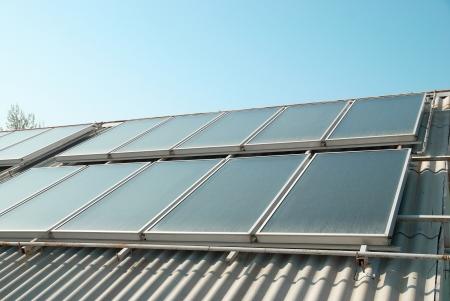 cobradores: De agua solar sistema de calefacci�n en los paneles de techo rojo Gelio