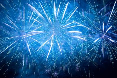 Blauw kleurrijke vakantie vuurwerk op de zwarte hemel achtergrond.