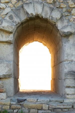 Verlassen Sie in der alten Mauer. Entrance to nowhere isoliert auf weißem Hintergrund