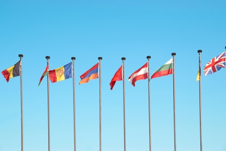 flag italy: Fila de banderas europeas contra el cielo azul de fondo Foto de archivo