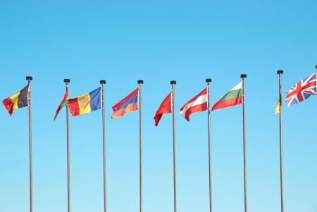 flagge auf land italien: Reihe von europ�ischen Fahnen vor blauem Himmel Hintergrund Lizenzfreie Bilder