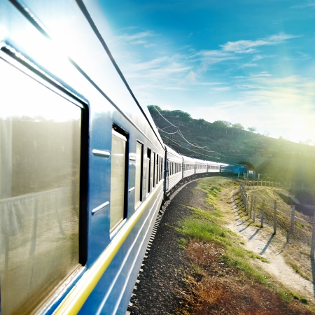 Motion trein en blauwe wagen. Stedelijk vervoer Stockfoto - 15408389