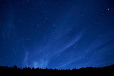 Cielo blu notte scuro con molte stelle. Spazio di fondo Archivio Fotografico