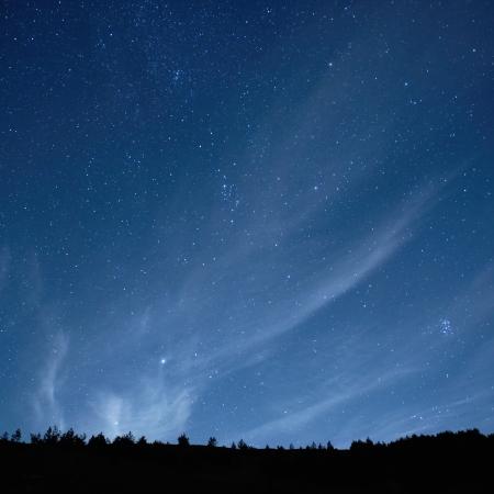 Blau dunklen Nachthimmel mit vielen Sternen. Space background