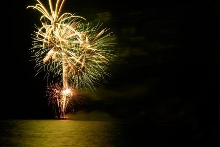 Yellow buntes Ferienprogramm Feuerwerk auf den schwarzen Himmel im Hintergrund.