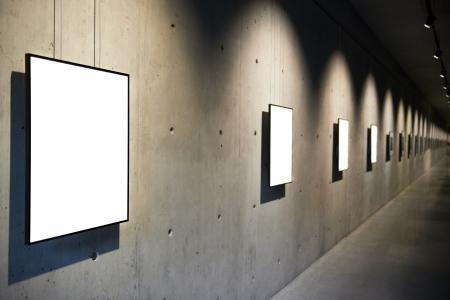 Lege witte geïsoleerde frame op de muur Stockfoto - 18599934