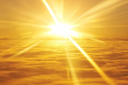 Amazing view from plane auf dem orangefarbenen Himmel, Sonnenuntergang, Sonne und Wolken