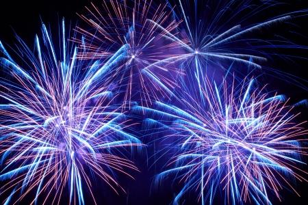 Blauw kleurrijk vuurwerk op de zwarte hemel achtergrond Stockfoto - 18600140