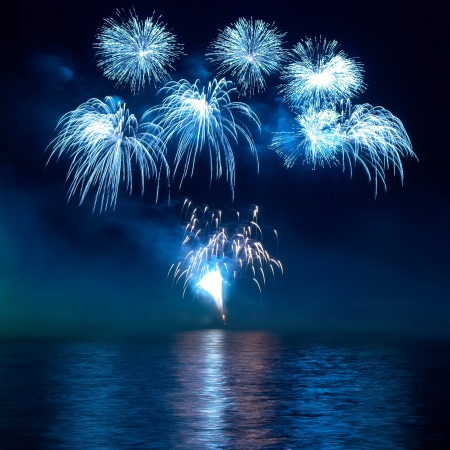 Feux d'artifice color�s sur le fond de ciel noir photo