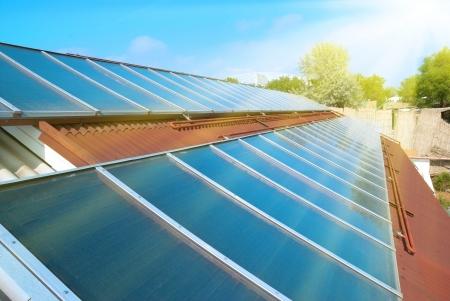 Solare Warmwasserbereitung auf dem roten Dach. Gelio Paneele.