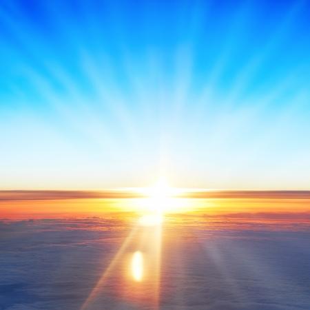 Bekijk op zon, zonsondergang, blauwe hemel en Oceaan van wolken vanuit het vliegtuig raam. Stockfoto - 19734764