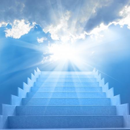 Treden in hemel Concept met trap, zon, witte wolken en blauwe achtergrond