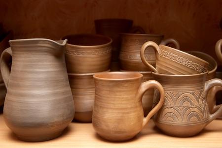 ollas de barro: Muchas ollas de barro hechas a mano en el estante