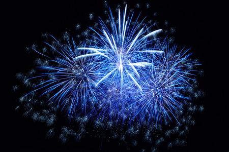 Blauw kleurrijk vuurwerk op de zwarte hemelachtergrond Stockfoto - 27399423