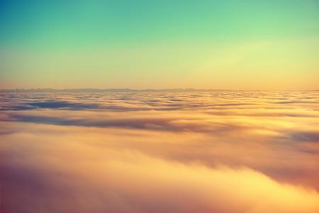 オレンジ色の空、日没の太陽、雲に平面からのすばらしい眺め