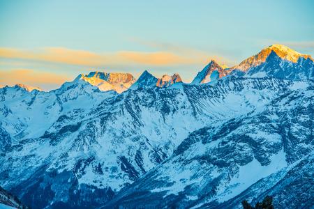 montañas nevadas: Montañas azules Nevado en nubes. Estación de esquí de invierno