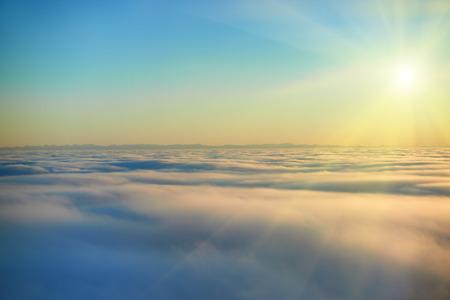 Prachtig uitzicht vanuit het vliegtuig in de lucht, zonsondergang zon en wolken Stockfoto - 33272564