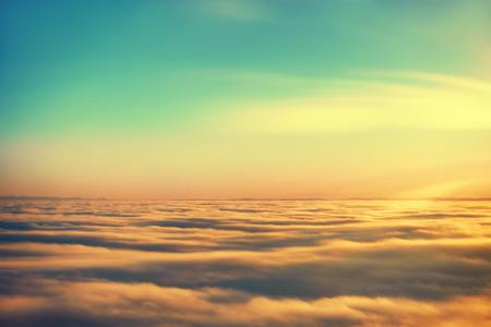 Prachtig uitzicht vanuit het vliegtuig in de lucht, zonsondergang zon en wolken Stockfoto