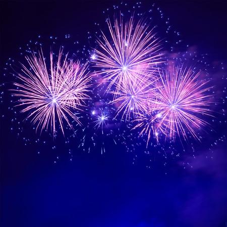 Blauw kleurrijk vuurwerk op de zwarte hemel achtergrond