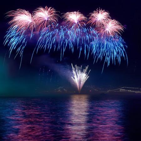 Kleurrijke vuurwerk op de zwarte hemel achtergrond Stockfoto