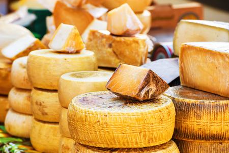 queso de cabra: Diferentes tipos de granja hicieron queso italiano producida a partir de leche de cabra