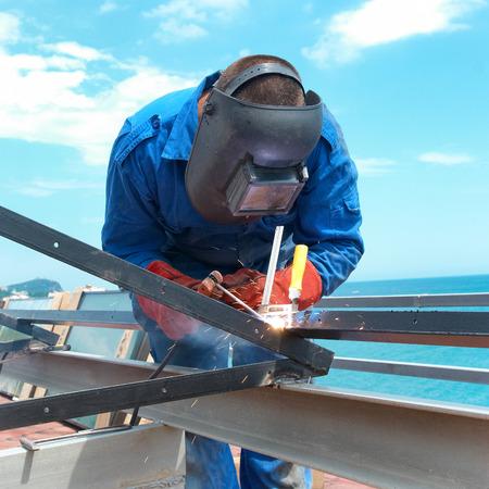 soldador: Soldador en la fábrica trabajando con la construcción del metal