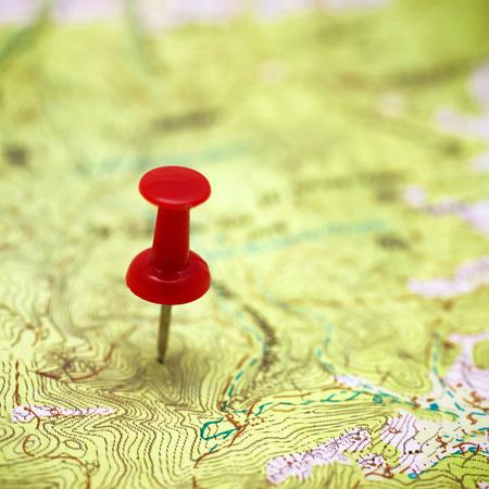 Rode punt op de kaart-concept reisplanning achtergrond