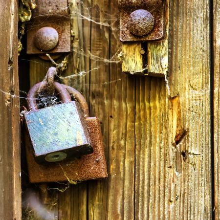 puertas antiguas: puerta de madera retro con cerradura oxidada vieja