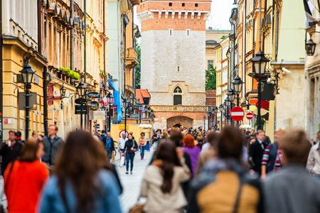 바쁜 거리에 산책하는 익명의 사람들의 군중. 크라코프, 올드 타운, 폴란드. 스톡 콘텐츠 - 42093487