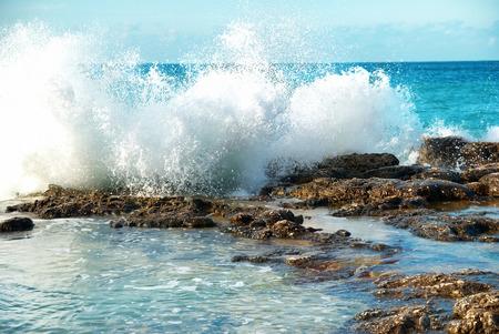 Grote golven breken op de kust met zee schuim
