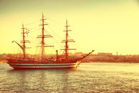 azul marino: Beautiful ship sailboat in the blue sea comes into bay.