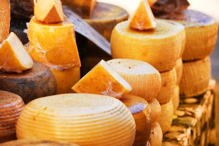 Verschillende soorten heerlijke Italiaanse kazen op de markt