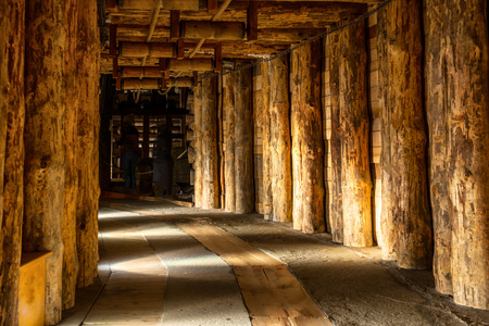 tunel: Corredor subterráneo en la mina de sal de Wieliczka