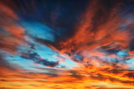naranja: Colorido naranja y azul cielo dramático con nubes de fondo abstracto Foto de archivo