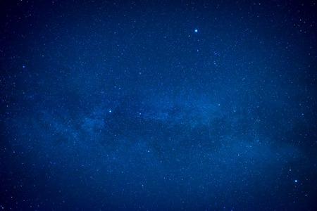 Blauwe donkere nacht hemel met veel sterren. Ruimte milkyway achtergrond