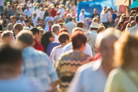 bewegung menschen: Menge der Menschen, auf der belebten Straße.
